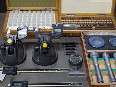 マイクロメータ、ノギス、ねじゲージ、ピンゲージ、ブロックゲージ、ハイトゲージ、デプスマイクロなど